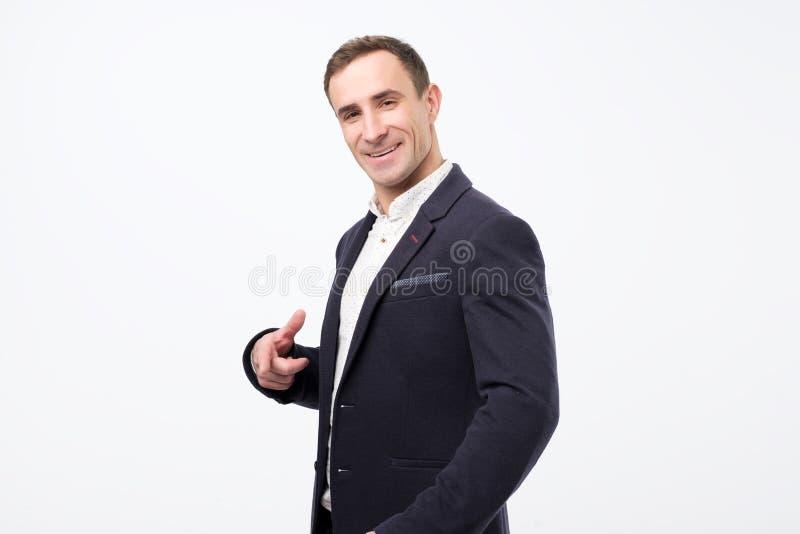 Apparence de sourire d'homme d'affaires mûres je veux vous engager images stock