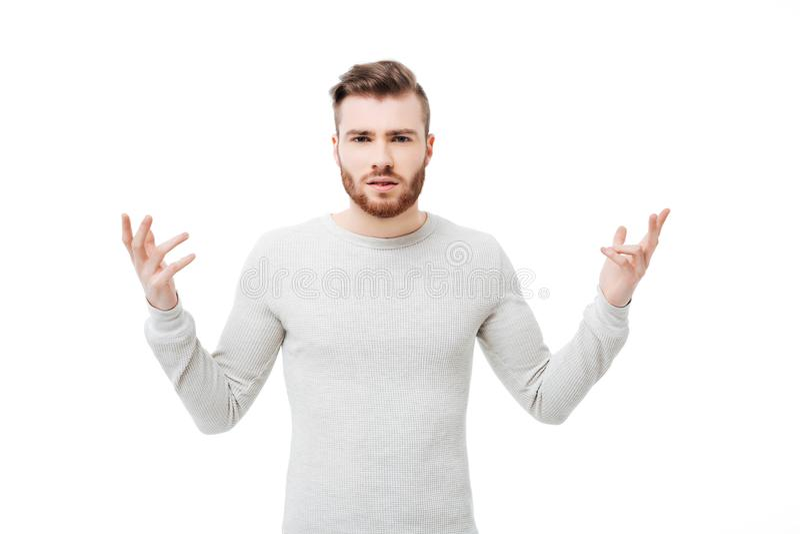 Apparence gênée et confuse de jeune homme pourquoi geste de main au-dessus du fond blanc photos libres de droits