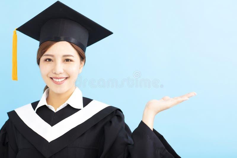 Apparence heureuse de fille d'étudiant de troisième cycle photographie stock