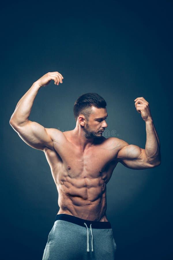Apparence sportive forte de Torso de modèle de forme physique d'homme photos stock
