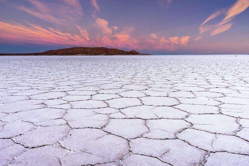 Appartamenti del sale di tramonto in Salar de Uyuni Desert Bolivia fotografia stock libera da diritti