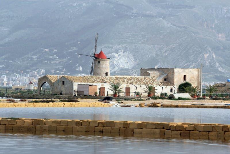 Appartamenti del sale e vecchio mulino a vento fotografia stock