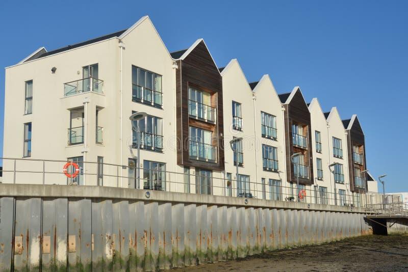 Appartamenti della riva del fiume fotografia stock