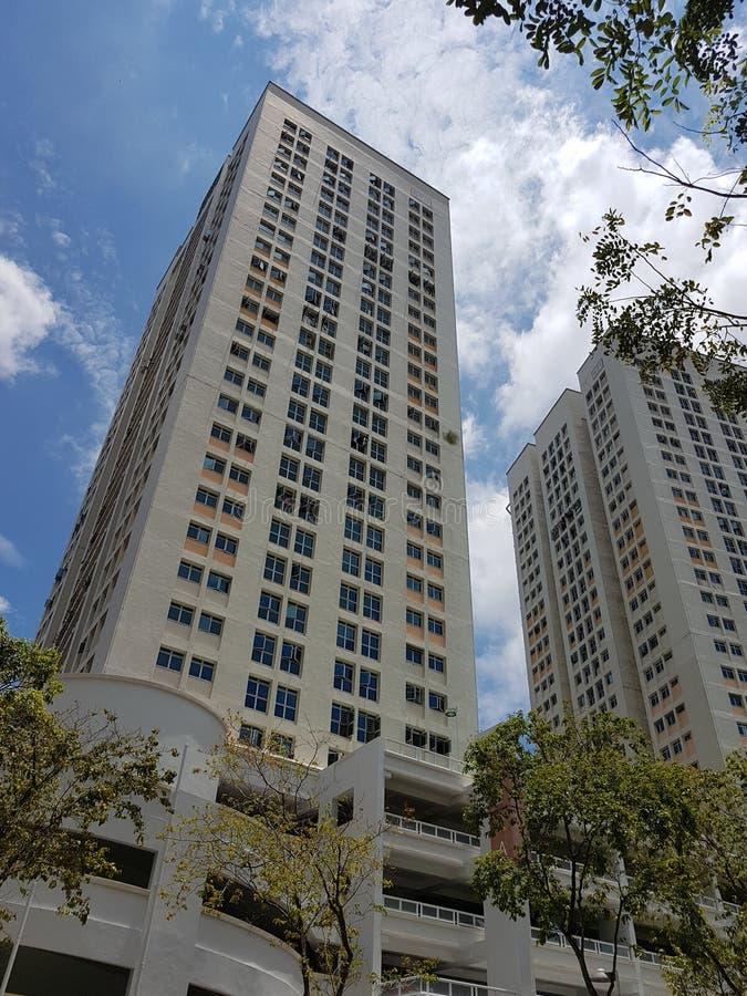 Appartamenti delle residenze di palazzo multipiano di HDB con il parcheggio di multi-storia fotografie stock libere da diritti