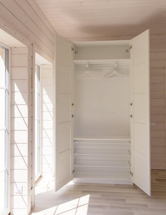 Appartamenti scandinavi di stile Interno leggero della camera da letto in una casa di legno organica di colore bianco Mobilia di  fotografia stock
