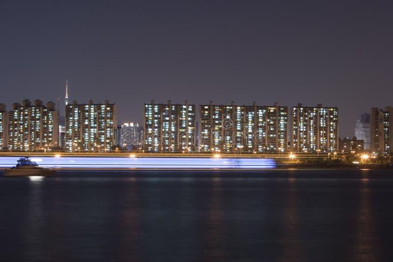 Appartamenti sulla banca di fiume immagini stock