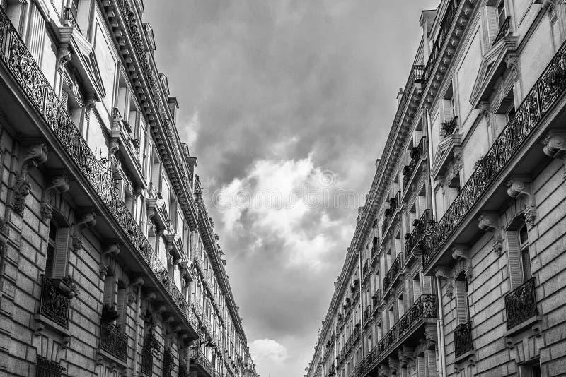 Appartamenti viventi di aumento basso a Parigi, fotografia stock libera da diritti