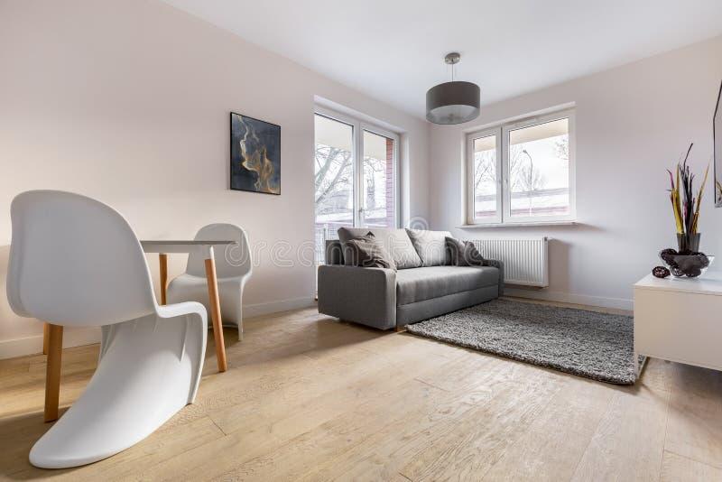 Appartamento contemporaneo con le belle sedie fotografia stock libera da diritti