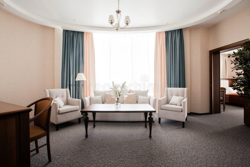 Appartamento dell'hotel, interno del salone di mattina immagini stock libere da diritti