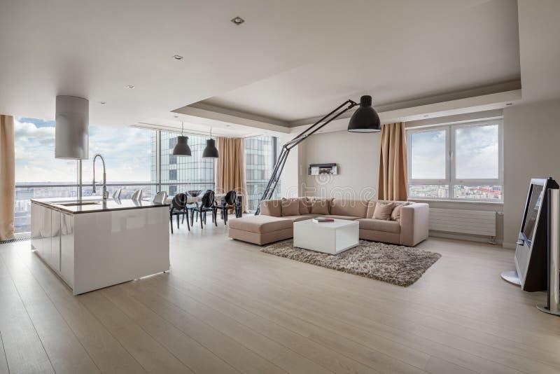Appartamento di stupore con la vista della città immagini stock