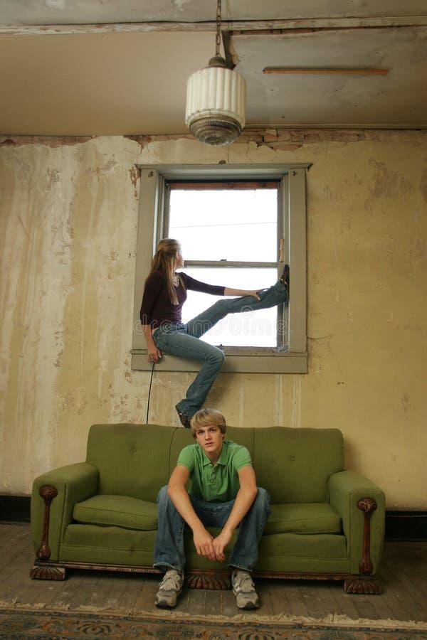 Appartamento impoverito delle coppie teenager immagine stock