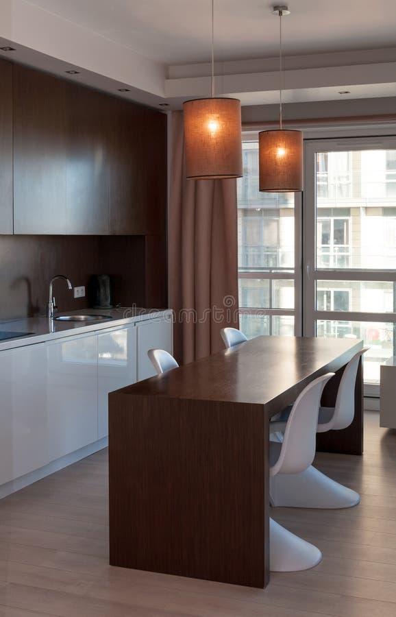Appartamento interno dell'hotel della cucina fotografie stock