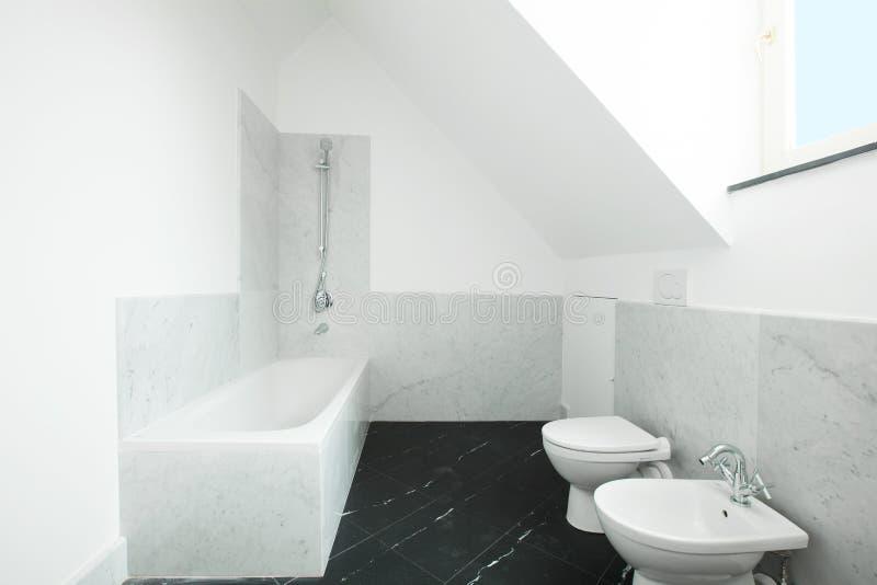 Appartamento interno, mattonelle bianche del briciolo del bagno immagini stock libere da diritti