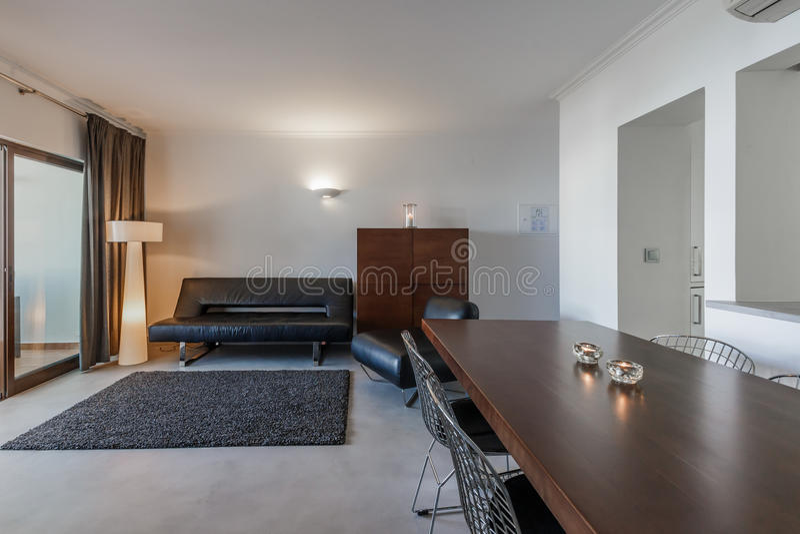 stunning download moderno con le pareti bianche ed il pavimento grigio chiaro fotografia stock. Black Bedroom Furniture Sets. Home Design Ideas