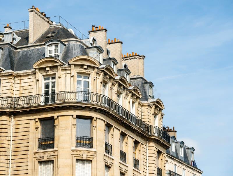 Appartamento parigino tipico della costruzione di casa di architettura fotografia stock