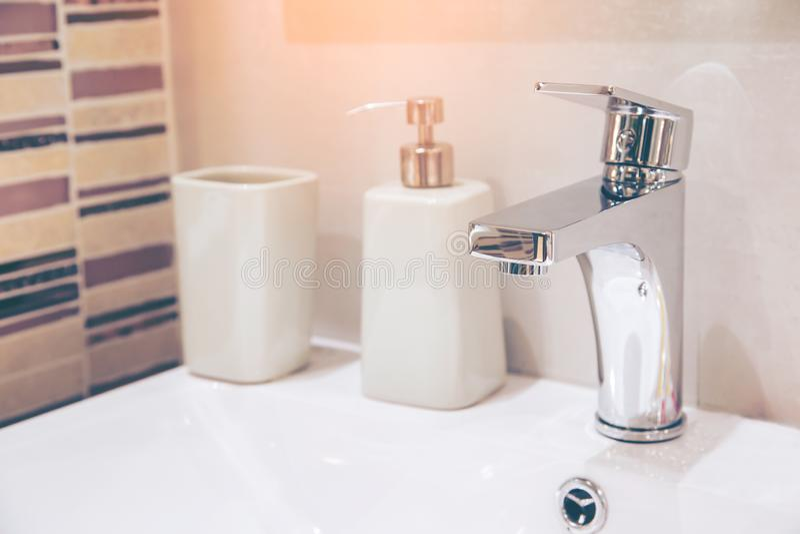 Appartamento spazioso - lavabo moderno nel nuovo interno del bagno fotografia stock libera da diritti