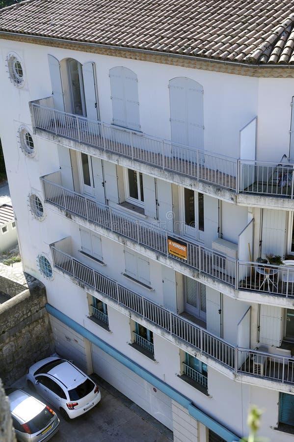 Appartement à vendre dans un immeuble du centre ville images stock