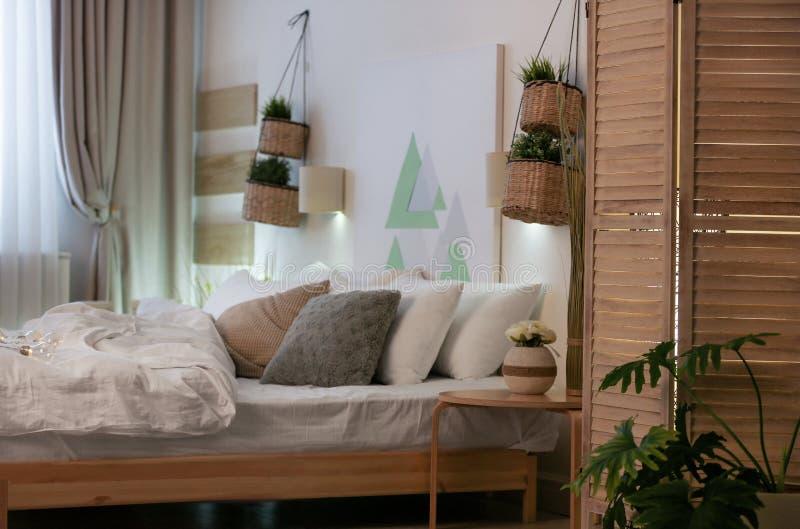 Appartement élégant avec le grand lit confortable photos libres de droits