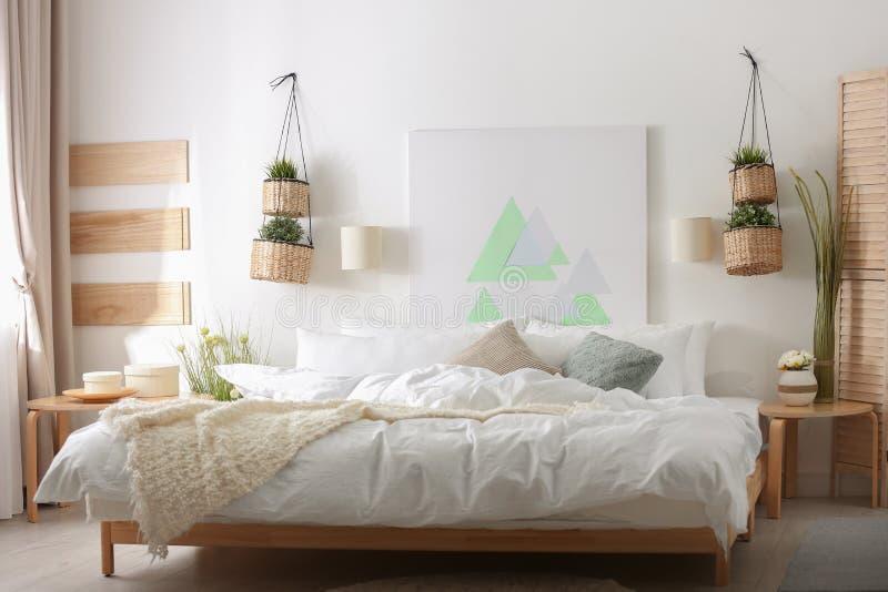 Appartement élégant avec le grand lit confortable image stock