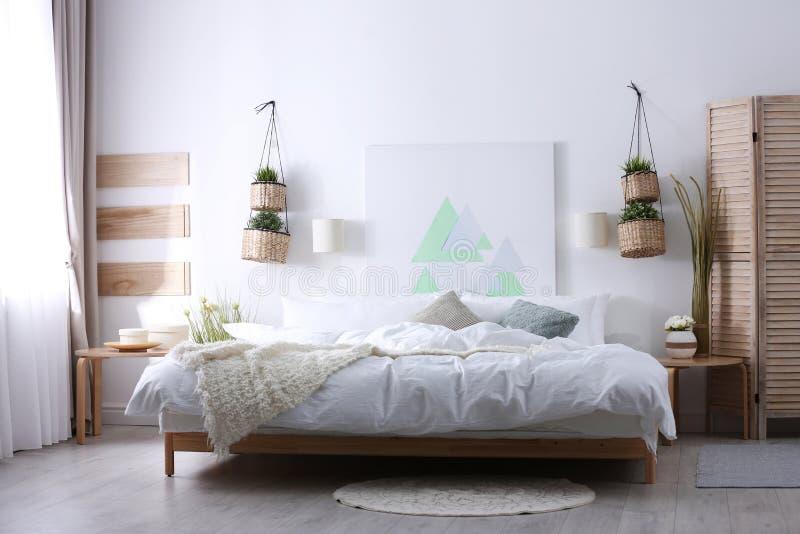 Appartement élégant avec le grand lit confortable image libre de droits