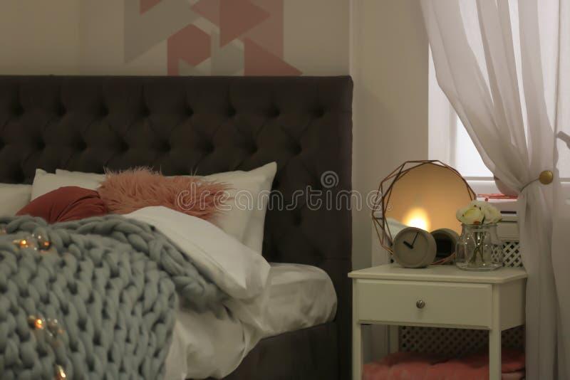 Appartement élégant avec le grand lit confortable photographie stock libre de droits