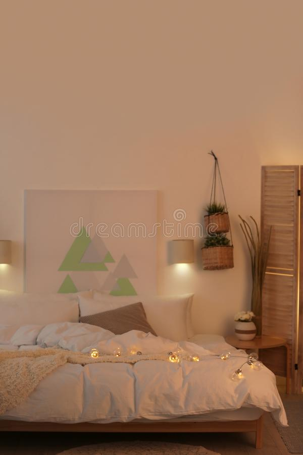 Appartement élégant avec le grand lit confortable photos stock