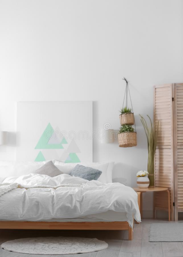 Appartement élégant avec le grand lit confortable images stock
