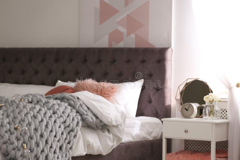 Appartement élégant avec le grand lit confortable photo libre de droits