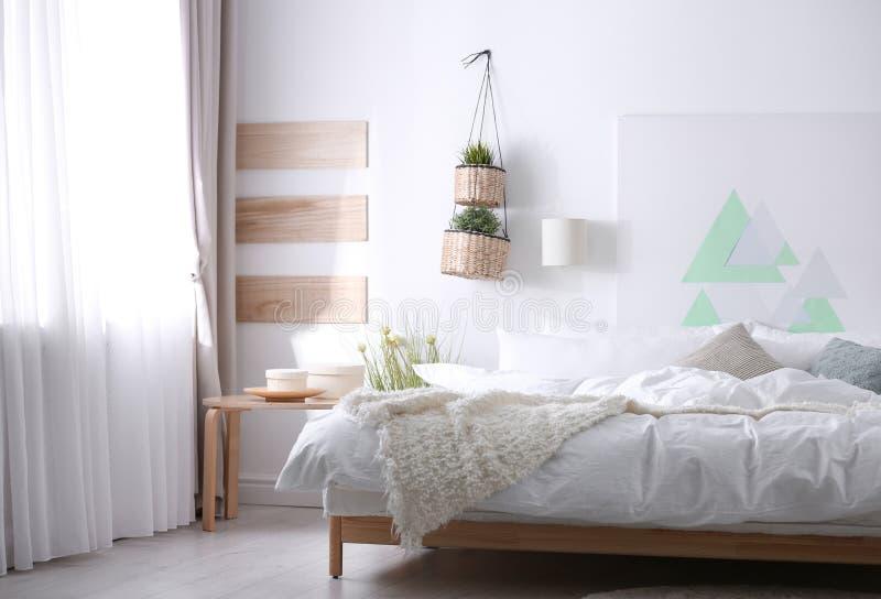 Appartement élégant avec le grand lit confortable photographie stock