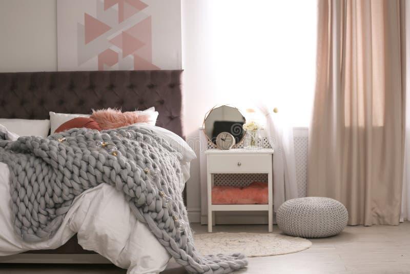 Appartement élégant avec le grand lit confortable images libres de droits
