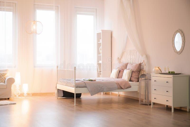 Appartement avec le lit et la fenêtre photo stock