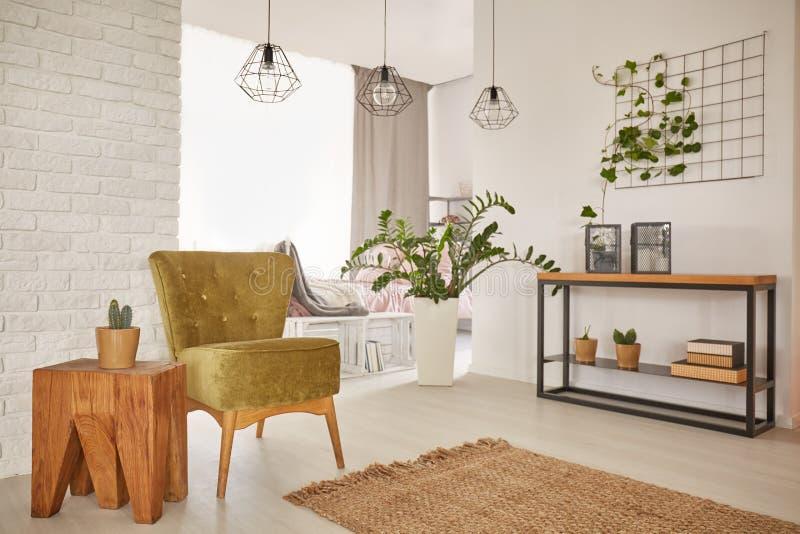 Appartement avec les décorations en bois photographie stock libre de droits