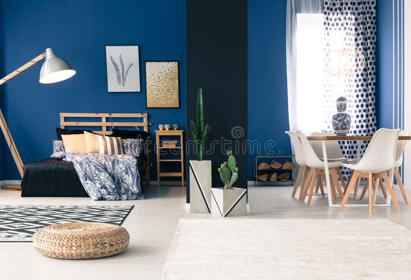 Appartement bleu avec la chambre à coucher séparée images stock