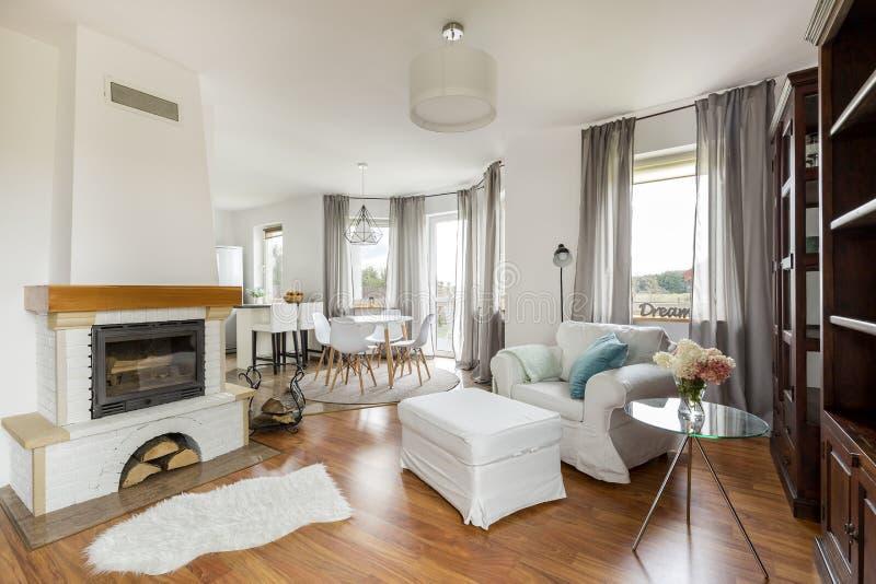 Appartement confortable avec une idée de cheminée photos libres de droits