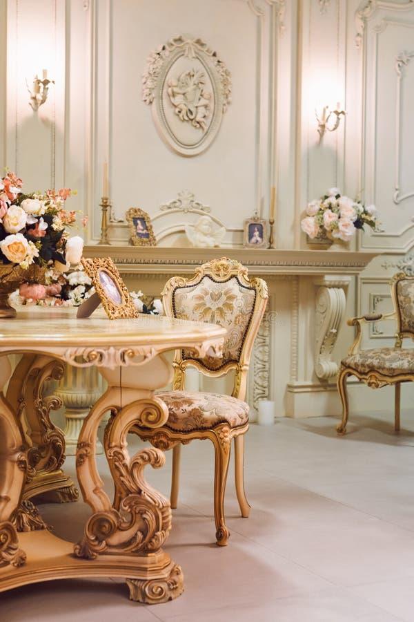 Appartement De Luxe, Salon Classique Confortable Intérieur Luxueux De Vintage -> Le Plux Luxieux Des Tables Tv