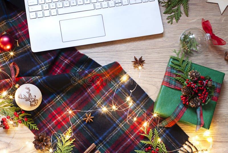 Appartement de Noël, de nouvelle année étendu avec un clavier d'ordinateur portable, tartan écossais et lumières sur le fond en b photo stock