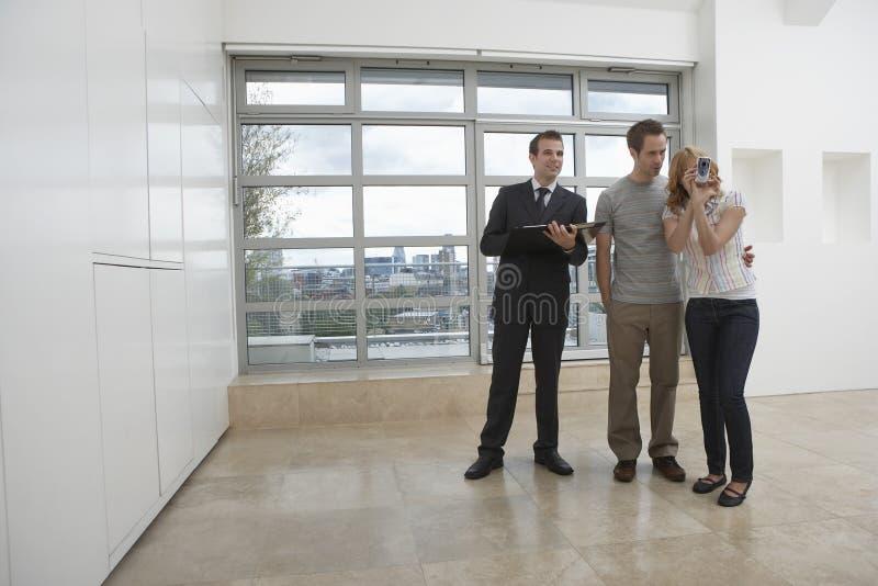 Appartement de Showing Couple New d'agent de Real Estate image libre de droits