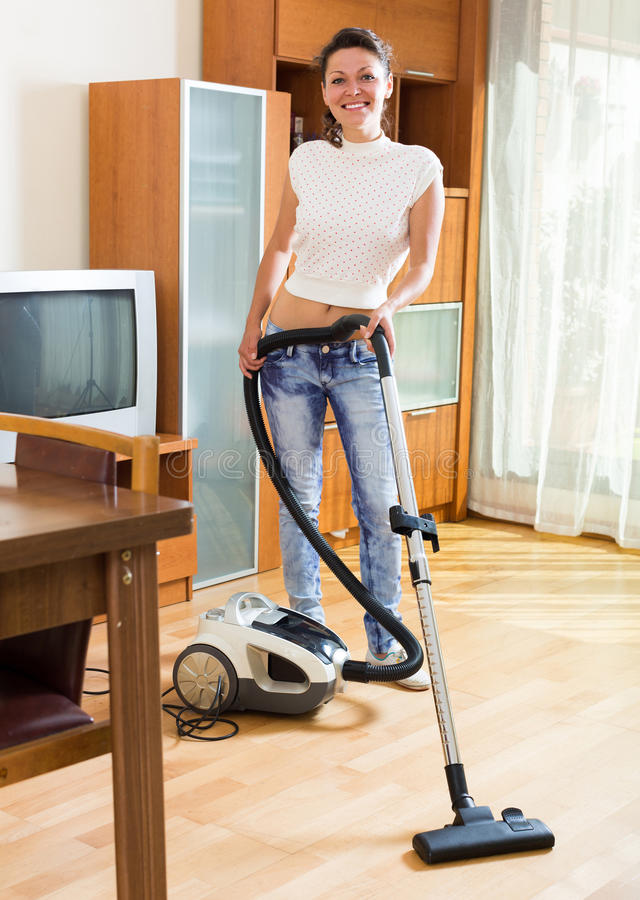 Appartement hoovering de femme photos libres de droits