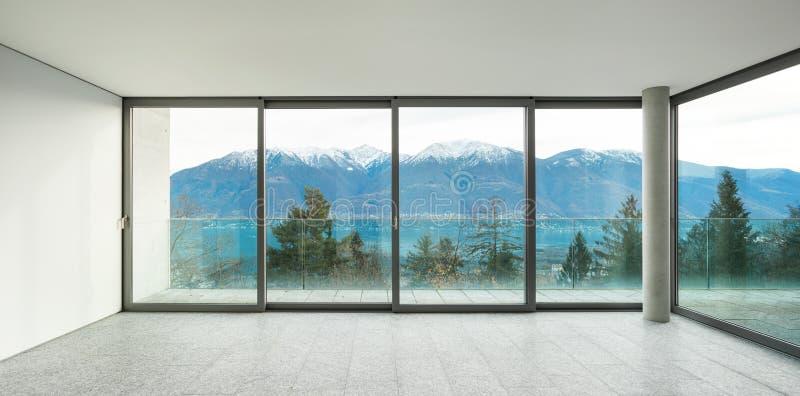 Appartement large, pièce avec des fenêtres images stock