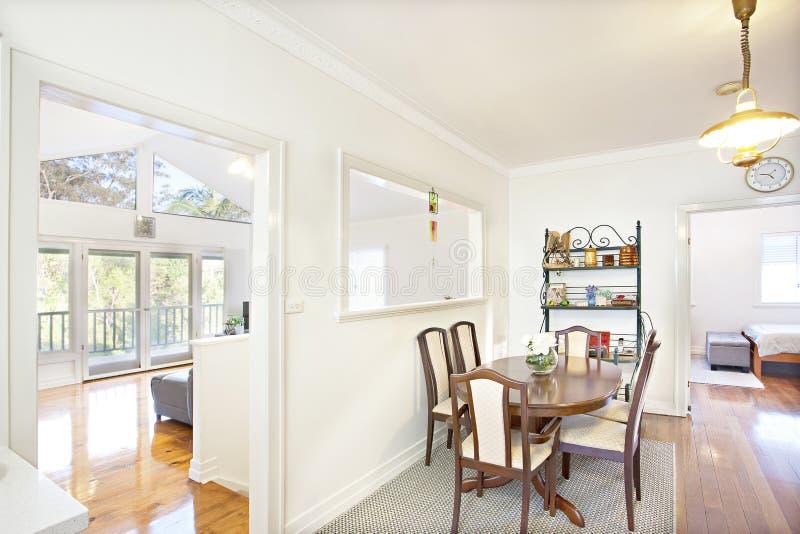 Appartement lumineux moderne ou maison de plan ouvert photographie stock
