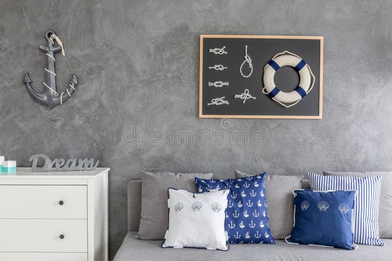 Appartement moderne avec les décorations nautiques images stock