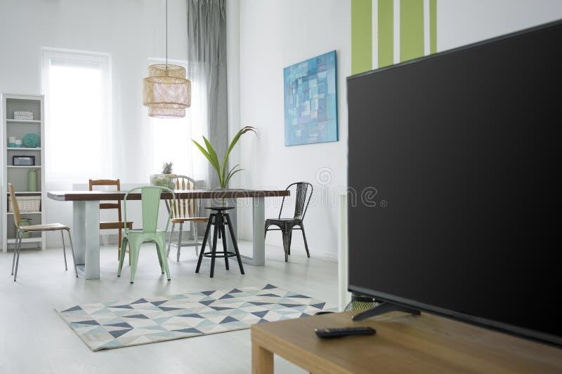 Appartement multifonctionnel avec la table de salle à manger photographie stock