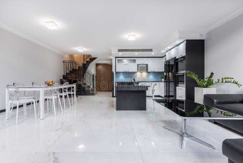 Appartement ouvert moderne et blanc de plan images libres de droits