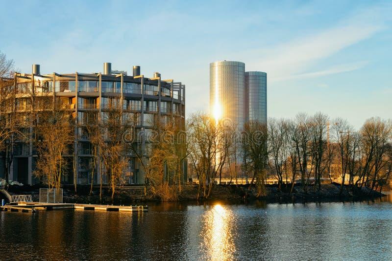 Appartement résidentiel et affaires de bureau près de rivière de dvina occidentale à Riga photographie stock libre de droits