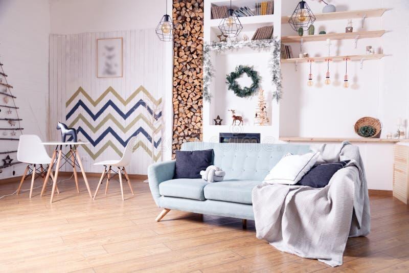 Appartement scandinave multifonctionnel de style de nouveau style avec le salon et la cuisine combinés L'ensemble de cuisine, sof photo stock