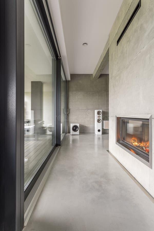 Appartement spacieux avec la cheminée image stock