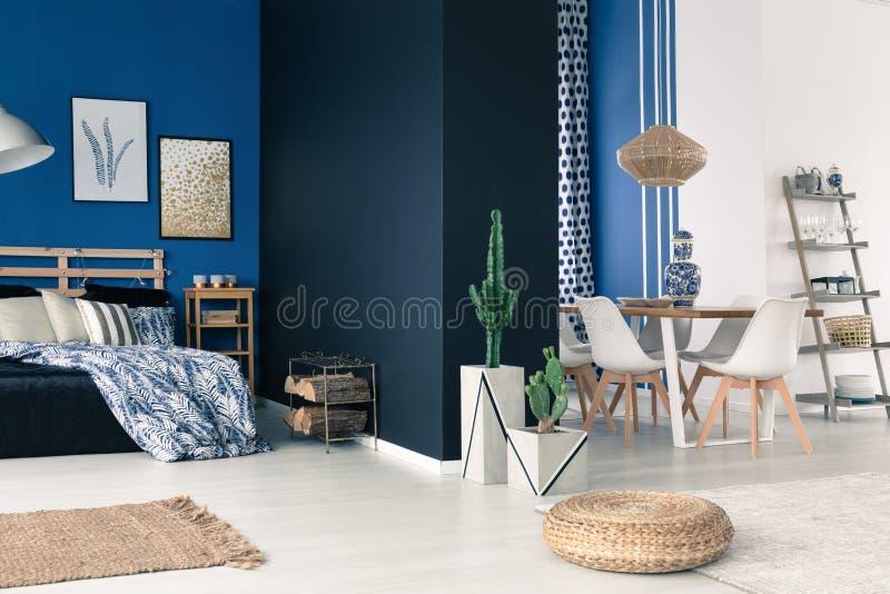 Appartement spacieux avec les murs bleus photo libre de droits