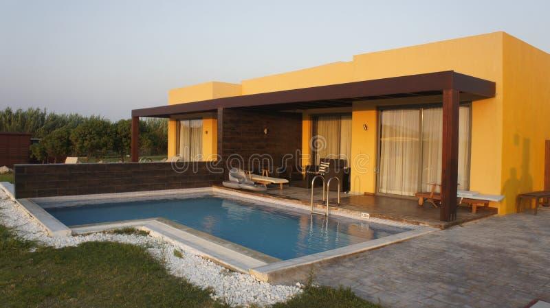 Appartement terrasse avec la piscine photographie stock libre de droits