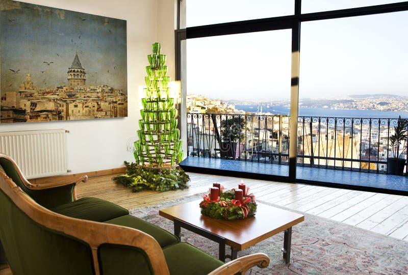 Appartement terrasse et arbre de Noël photos stock
