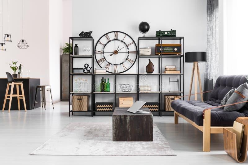Appartement viril avec l'horloge ronde photos stock
